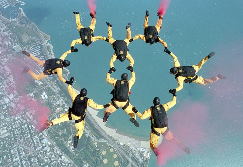 skydiving-658404_1920-small
